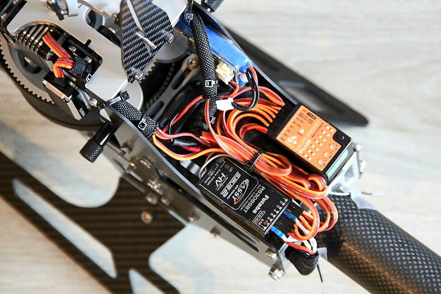 HD750 - eingebaute RC Komponenten: Blick auf Empfänger und FBL-System