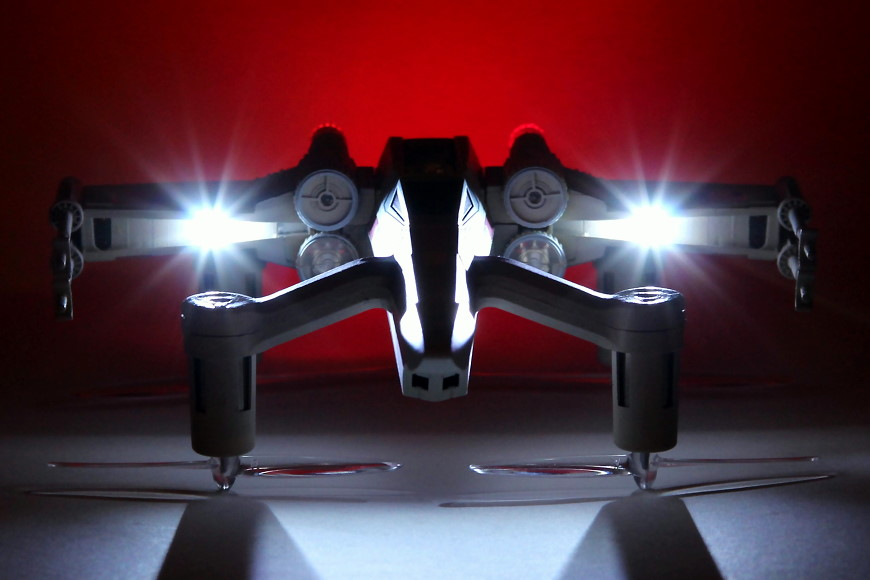 Propel Star Wars T-65 X-Wing Battle Drone / Quadrocopter: Frontansicht bei Nacht mit Beleuchtung